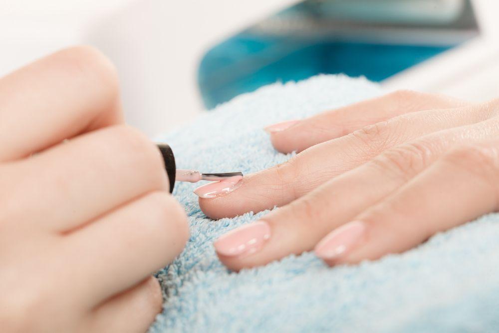 Manicure hybrydowy – samodzielne wykonanie w domu