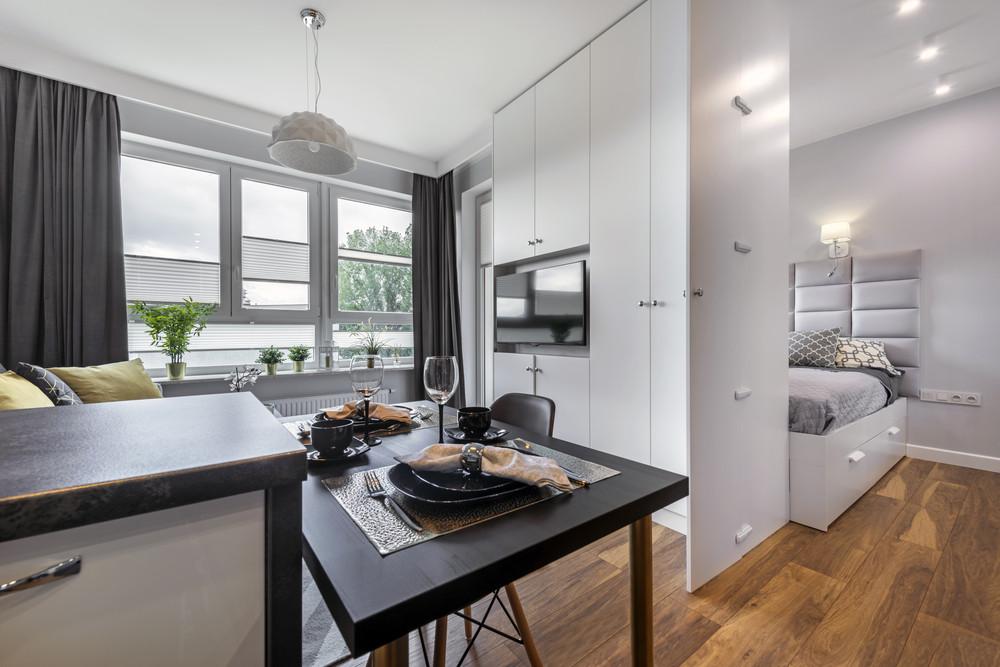 Małe mieszkanie urządzone w wielkim stylu – jak optycznie powiększyć przestrzeń?