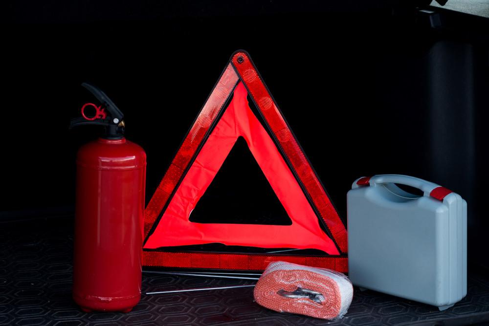 Wyposażenie samochodu - apteczka, gaśnica, trójkąt