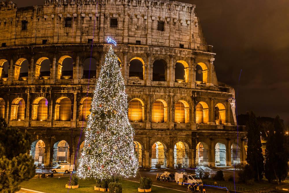 Choinka na tle Koloseum w Rzymie