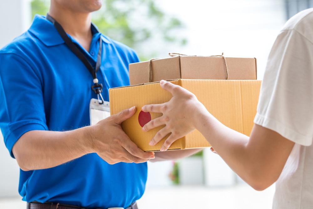Kurier dostarcza paczki