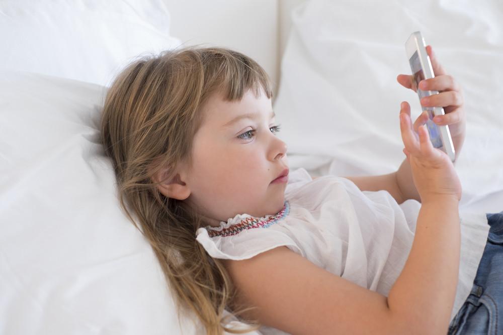 dziecko-i-technologia-pierwszy-telefon