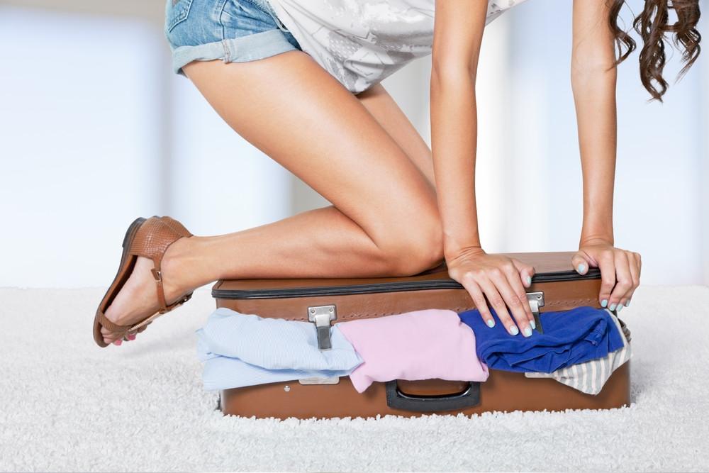 Dziewczyna domyka walizkę
