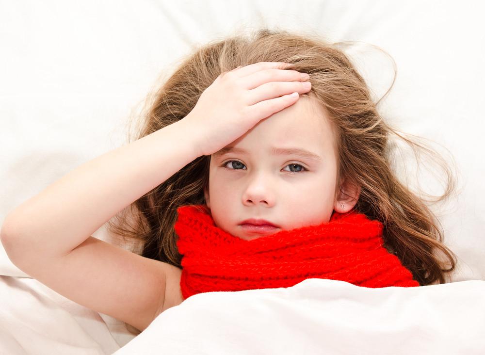 Dziewczynka w łóżku z gorączką