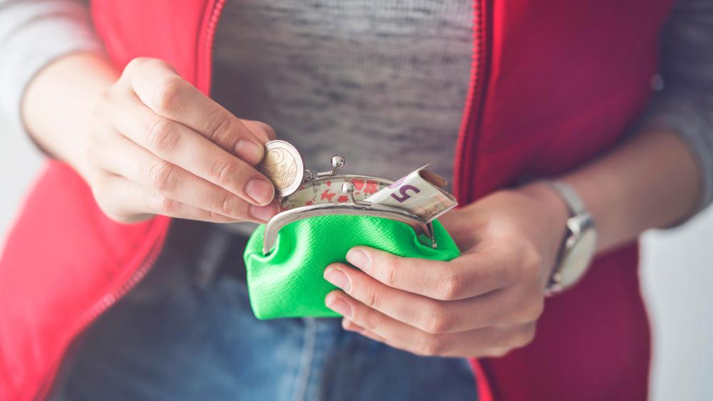 Kobieta chowa pieniądze do portfela