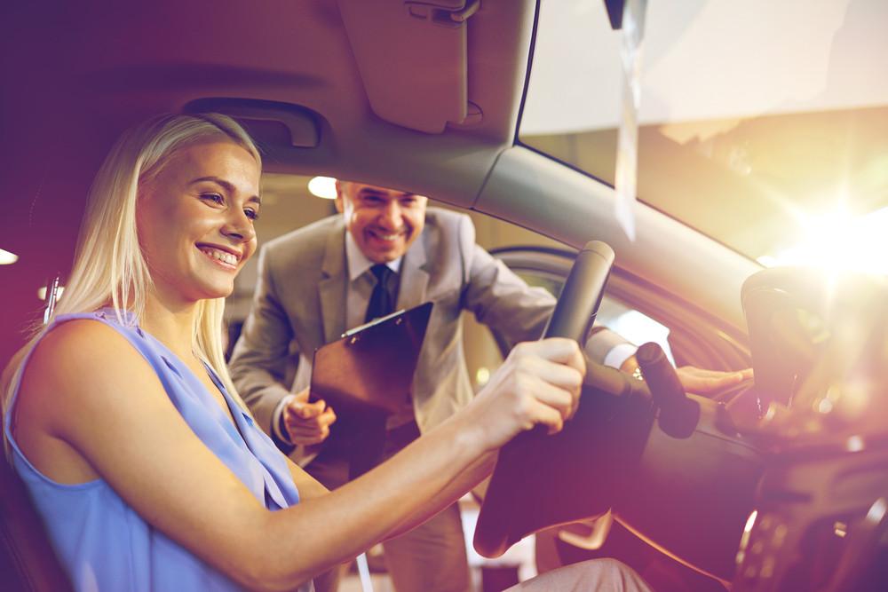 Młoda kobieta testuje samochód