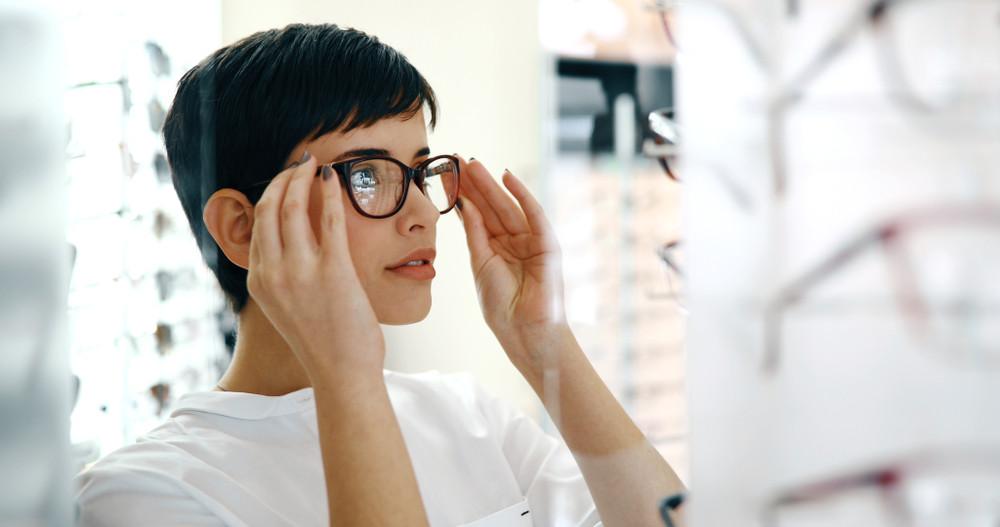 Kobieta w salonie optycznym