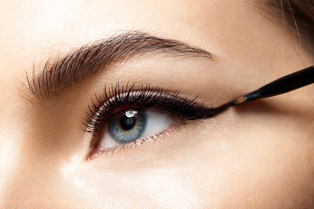 Malowanie kreski czarnym eyelinerem