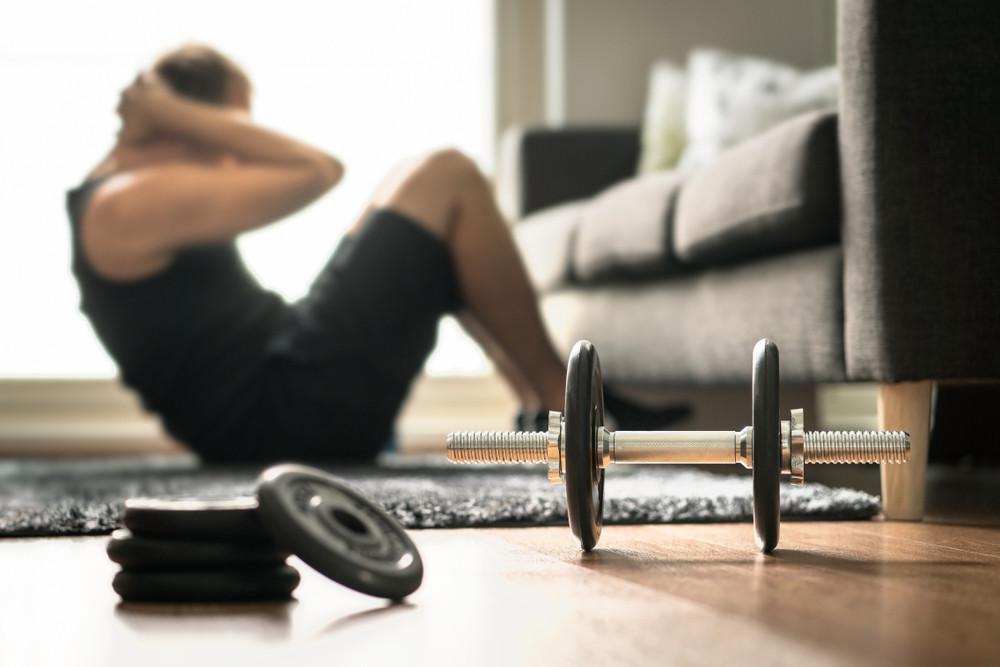Trenujący w domu meżczyzna