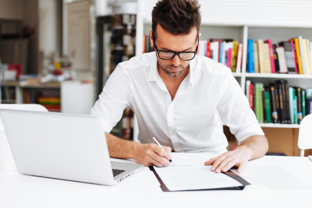 Mężczyzna ptzy biurku w pracy