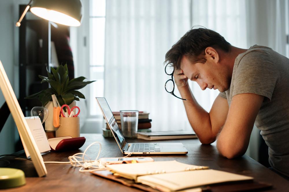 Zestresowany mężczyzna przy biurku