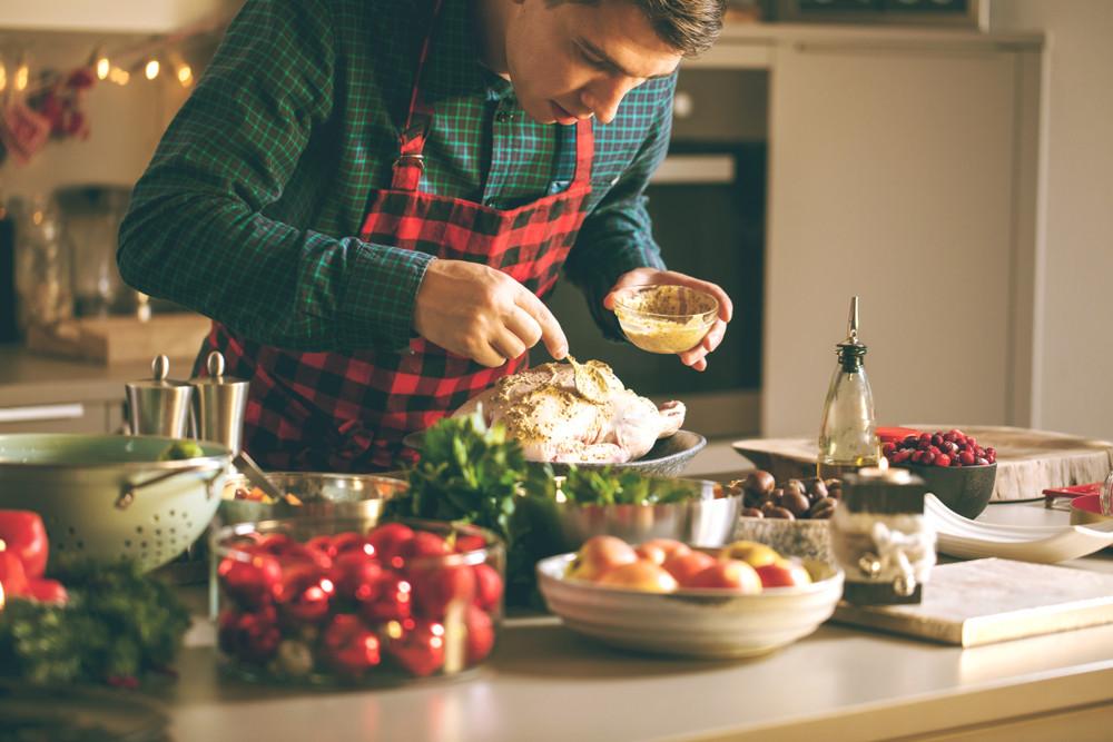 Meżczyzna w kuchni przyrządza kaczkę