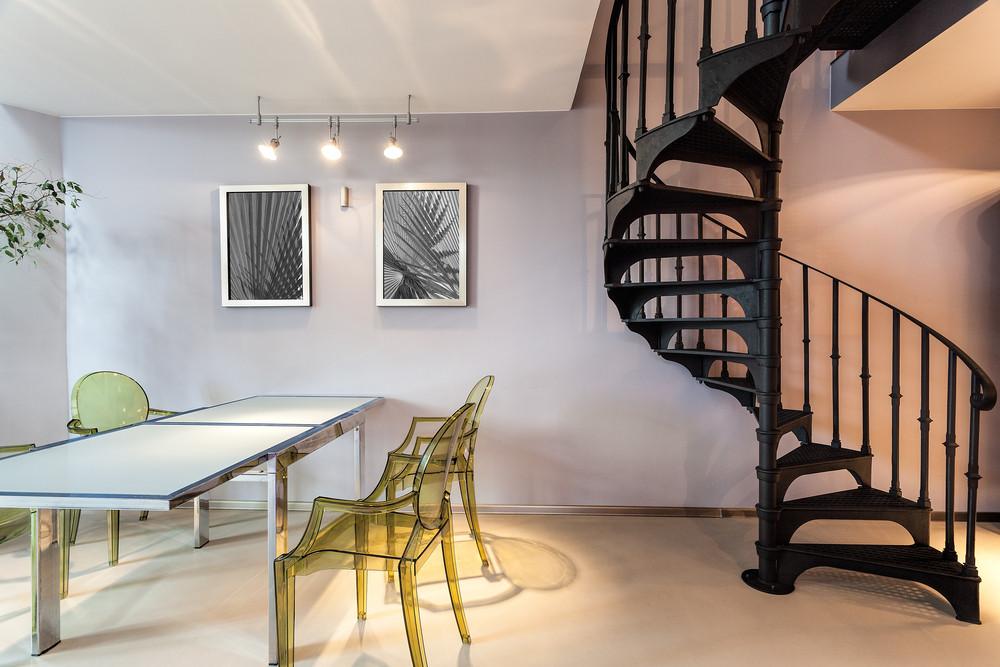 Nowoczesne wnętrze - schody, plastikowe krzesła