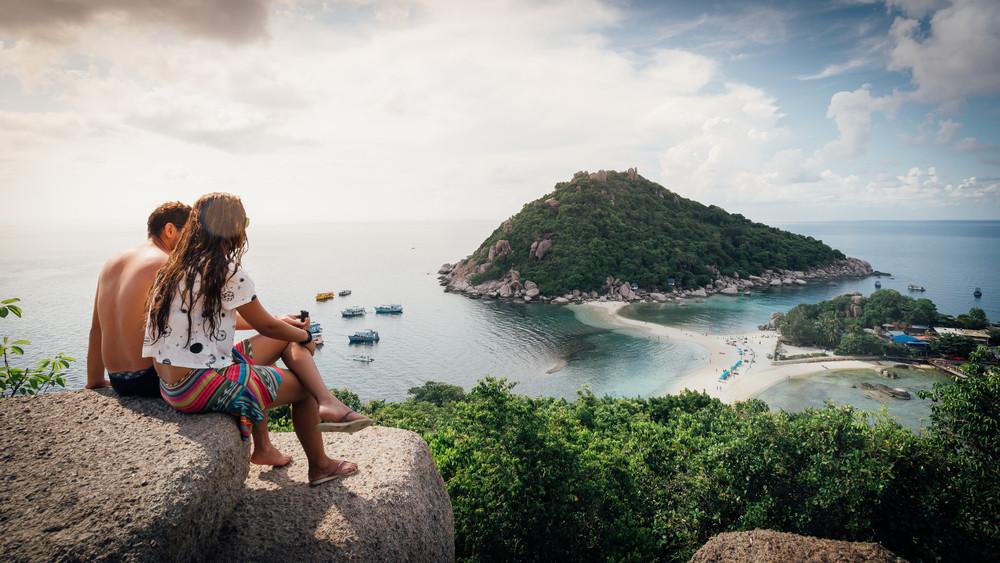 Para na wzgórzu podziwia panoramę