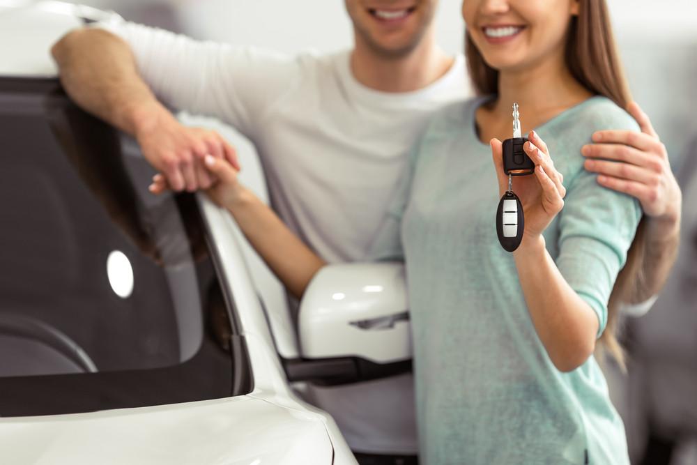 Para przed samochodem trzyma kluczyki