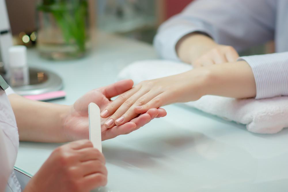 Manicure w salonie kosmetycznym