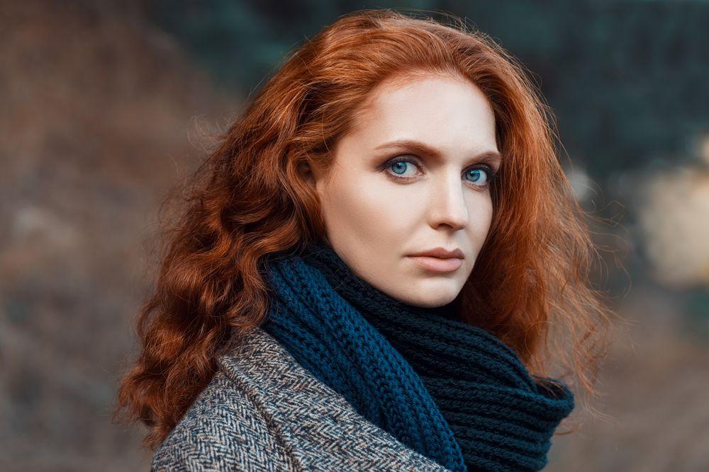 Jakie kolory pasują dla kobiety o rudych włosach?