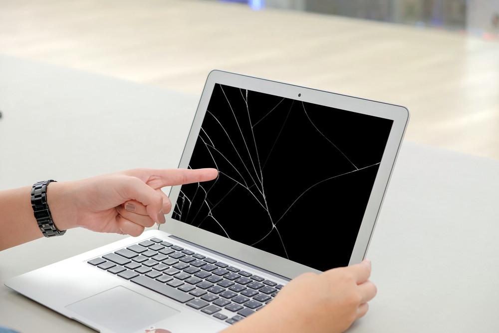 Uszkodzony ekran w laptopie