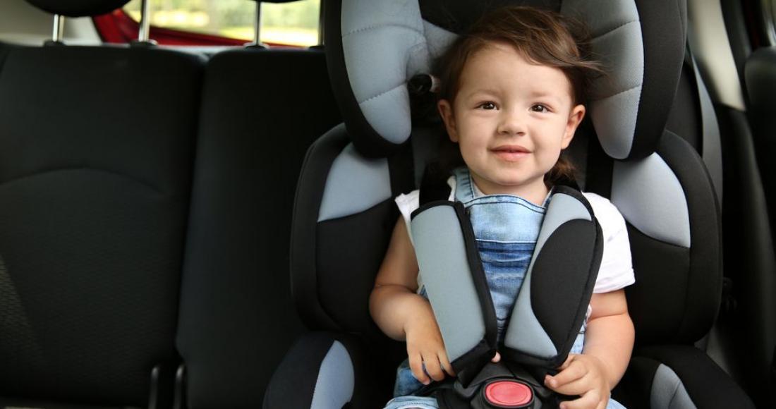 Jak przewozić dziecko w foteliku samochodowym zgodnie z przepisami?