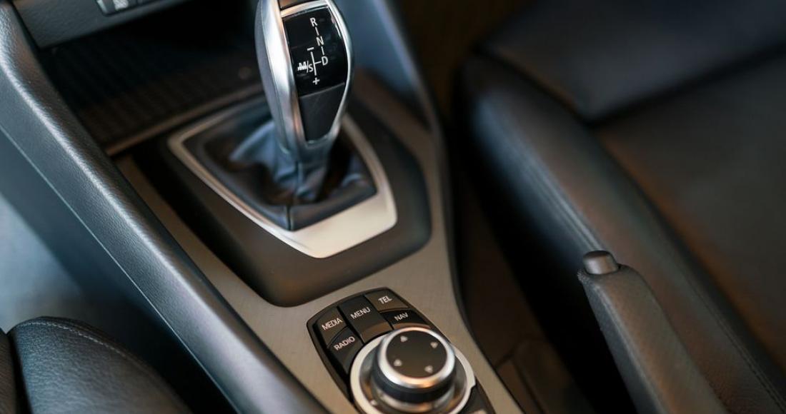 Jak się jeździ samochodem z automatyczną skrzynią biegów?