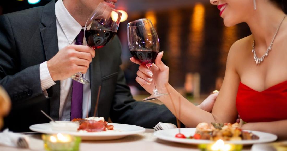 Jak przygotować romantyczną kolację przy świecach?