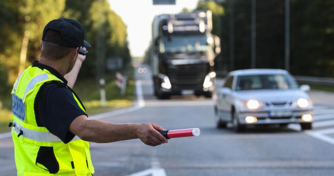 Kontrola drogowa - jak należy się zachować? Co może, a czego nie może kierowca?
