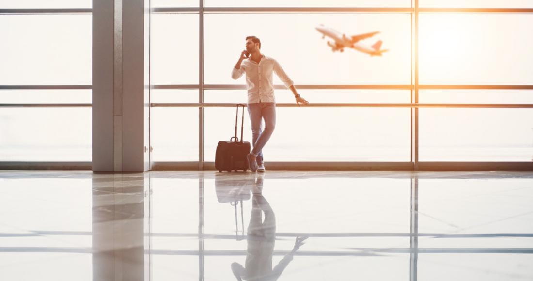 Meżczyzna na lotnisku rozmawia przez telefon