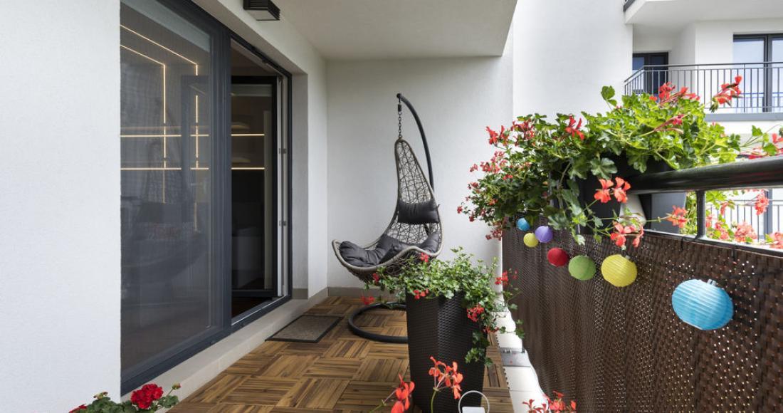 Balkon – przestrzeń z potencjałem. Jak ją urządzić?