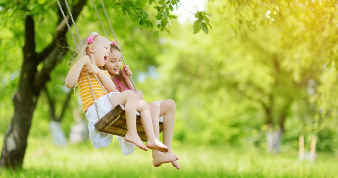 Bezpieczny plac zabaw w ogrodzie – jak go samodzielnie zbudować?