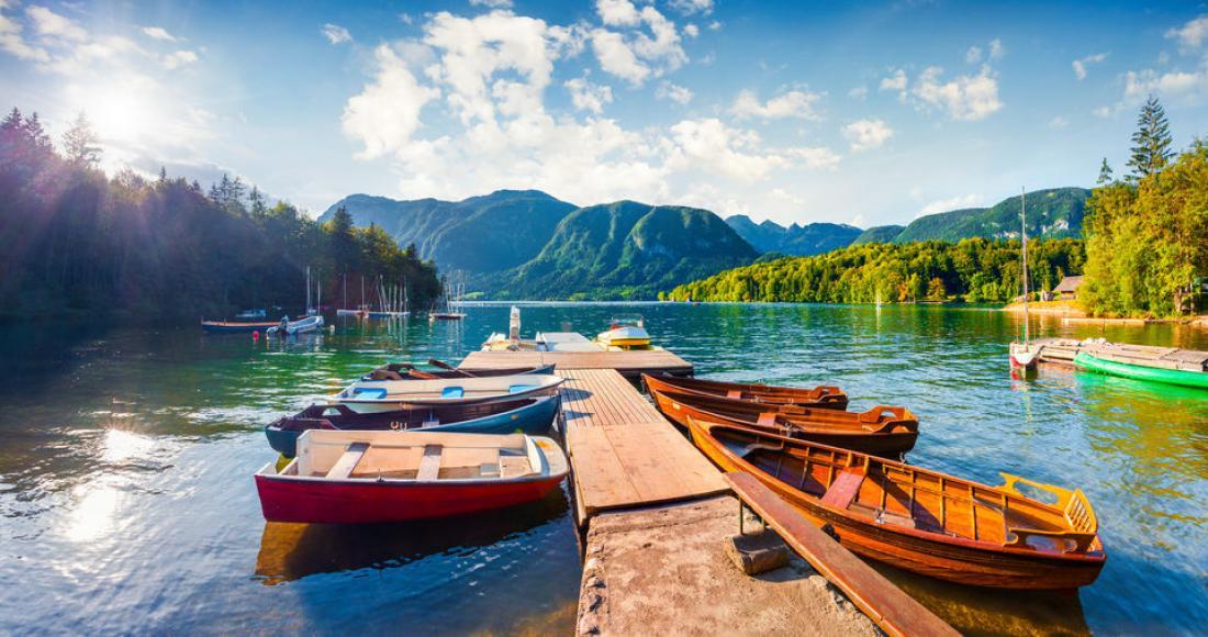 Najpiękniejsze jeziora w Europie – gdzie warto wybrać się na wypoczynek nad wodą?