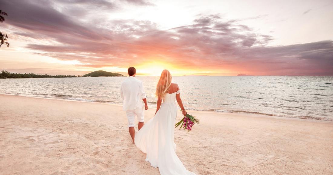 Para młoda w podróży poślubnej